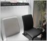 院長のこだわりである白黒の基調を重視し待合室の椅子もコンビでそろえました。