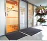 2階正面入り口も壁からガラスに変更し、採光を意識した明るい待合室を作っています。