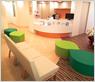 待合室はひまわりをイメージした色合いと花畑を意識した感じの椅子を用意しました。