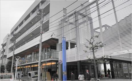 新築の複合商業ビルです。コンビニ、市役所、花屋、不動産会社、美容室などと同居し、約100店舗から構成される地元商店街の一角にも位置するため、地域住民から認知されやすい立地です。