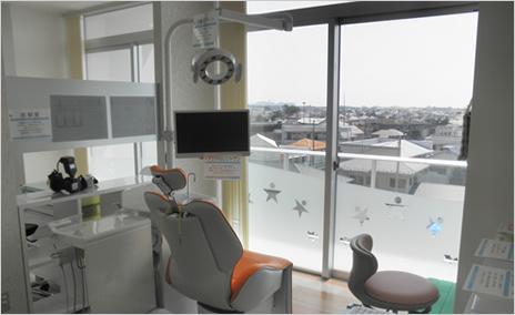 窓を望む形で配置した診察室のユニットは、居心地の良さを感じられます。