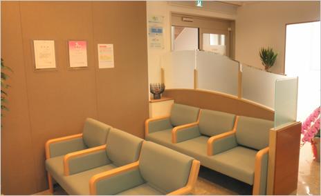 患者さんにリラックスしてお待ちいただけるように配慮した待合室です。