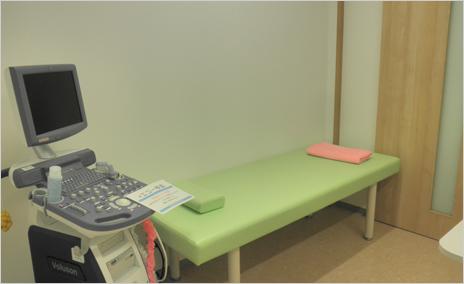 第2診療室には腹部エコーの機器もそろえています。